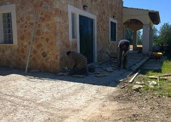 Anlegen einer Terrasse um das Haus - Vorher